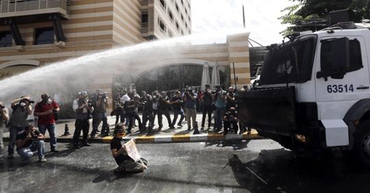 31mai2013---policia-tenta-conter-protesto-contra-construcao-de-centro-comercial-na-praca-taksim-em-estambul-turquia-com-de-gas-lacrimogeneo-e-jatos-de-agua-1370022895124_956x500