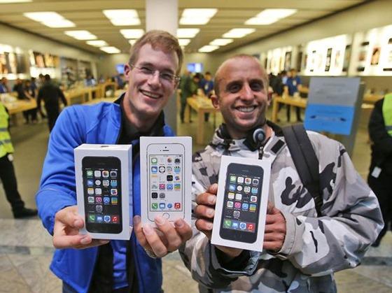 apple-alemanha-oberhausen-dois-primeiros-novo-iphone-inicio-vendas-filas-ap