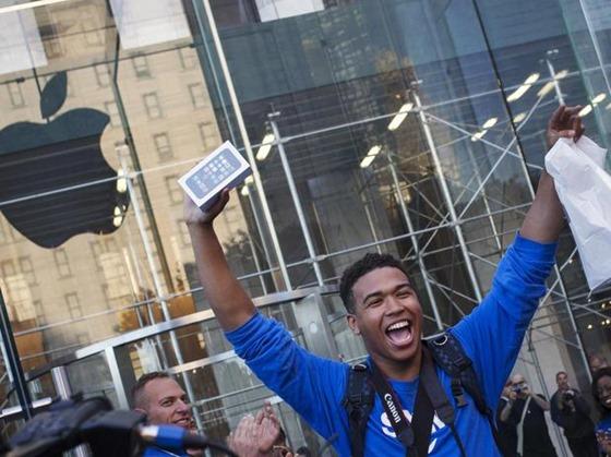 apple-eua-ny-manhattan-um-dos-primeiros-novo-iphone-inicio-vendas-rts