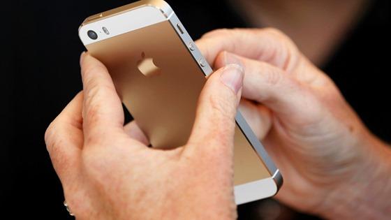 iphone-5s-dourado-e-manuseado-durante-apresentacao-do-novo-smartphone-em-cupertino-na-california-eua-a-apple-tambem-anunciou-uma-versao-mais-barata-e-colorida-o-iphone-5c-1378843956040_1920x1080