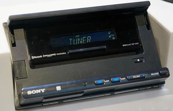 A Sony XSP-N1BT, tem a distinção de ter em um sistema de fixação frontal compatível com a maioria dos smartphones no mercado