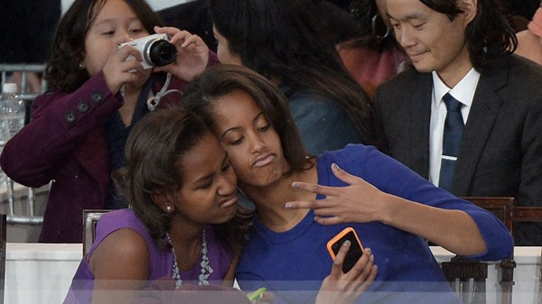 obama-daughters-selfie