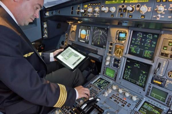 Piloto usa a app FlySmart no iPad aos comandos de um Airbus