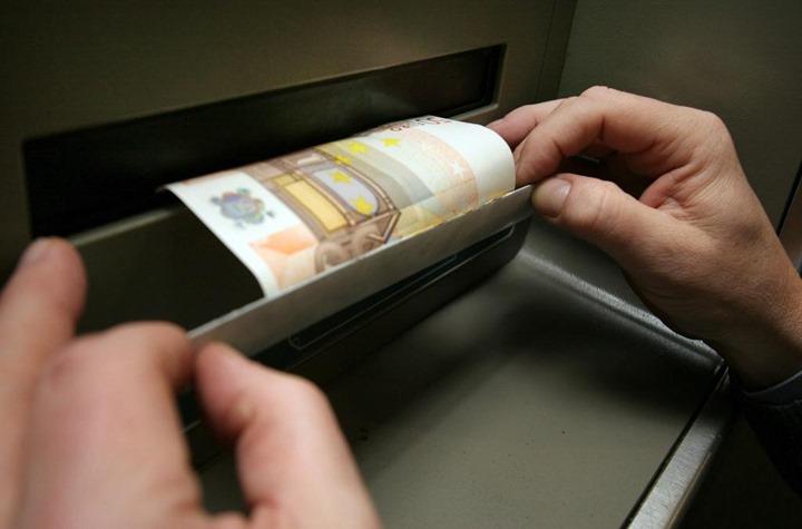 Der Täter beobachtet den Kunden, der den Bank-Vorraum verlässt, weil er kein Geld bekommen hat. Dann zieht der Täter die Blende ab, an der ein Schein klebt. Seit Dezember 2010 sind In Dortmund 20 solcher Fälle bekannt geworden.