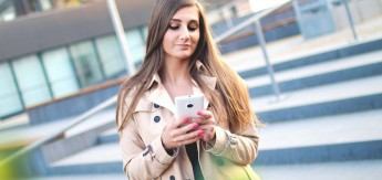 girl_smartphone