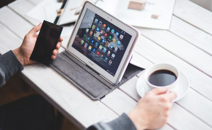 tecnologia_smartphone_tablet_cafe