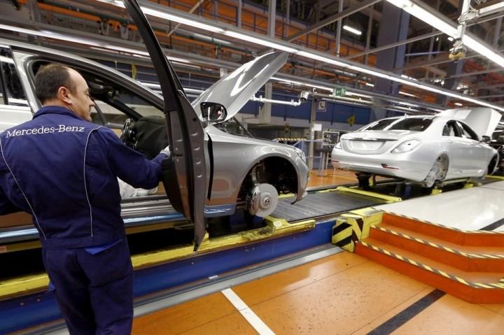 Mercedes substitui robôs por pessoas