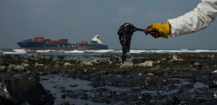 Drone capta imagens tremendas de Cargueiro a derramar petróleo