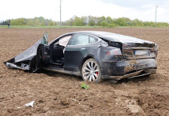 Tesla-Model-S-crash00