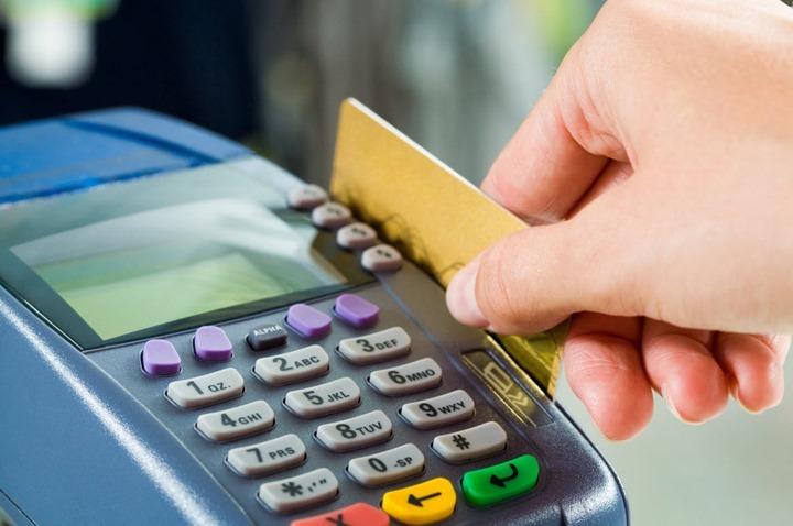 Tem cartão de débito? Saiba se é o seu banco que cobra mais