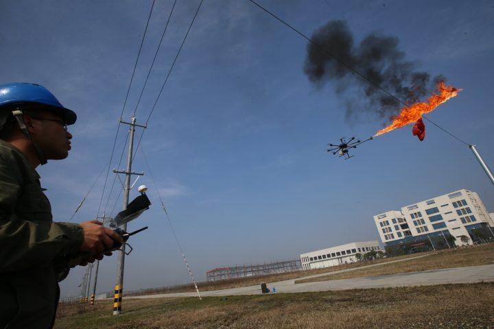 Operário controla um drone que queima o lixo nos cabos de alta tensão