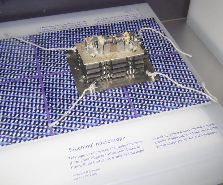 Imagem do primeiro microscópio de força atómica.