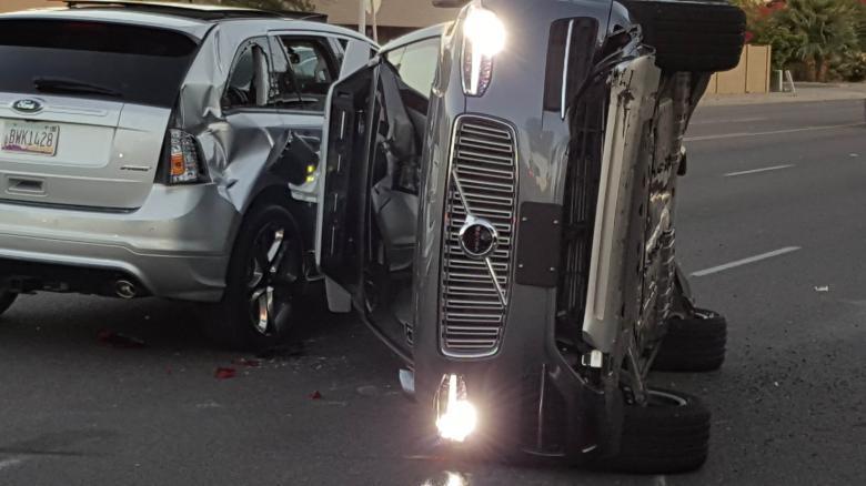Uber suspende testes de carros sem condutor depois de acidente
