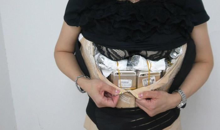 Chinesa é presa com mais de 100 iPhones no corpo