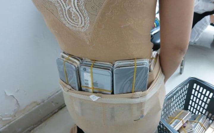 Contrabandista de iPhones é flagrada com 102 aparelhos colados em seu corpo