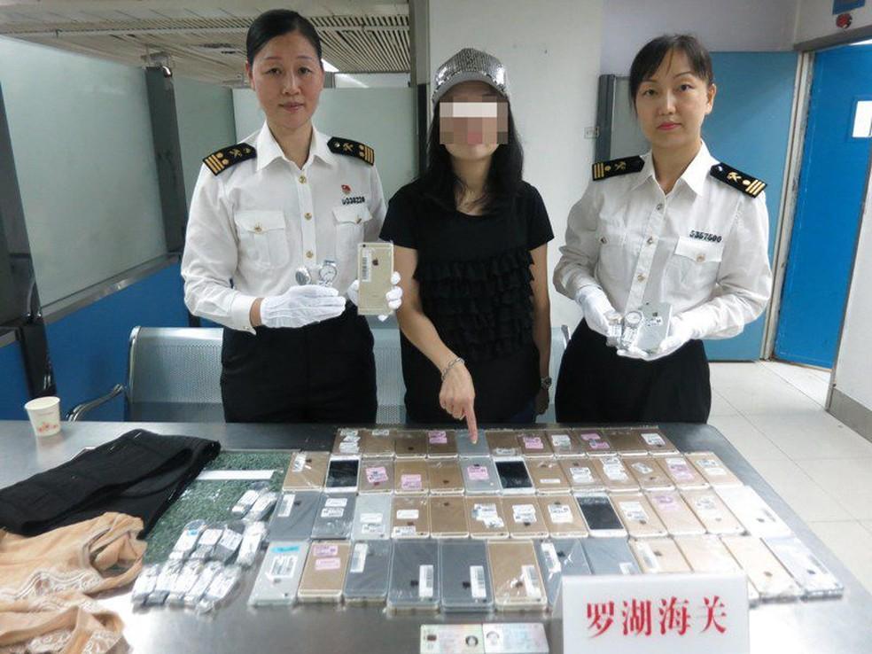 Chinesa apanhada com 102 iPhones no corpo — Vídeo