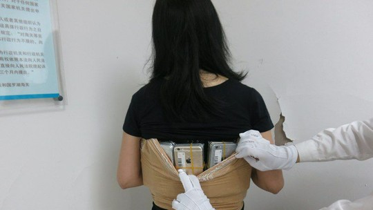 Chinesa apanhada com 102 iPhones no corpo — Vídeo