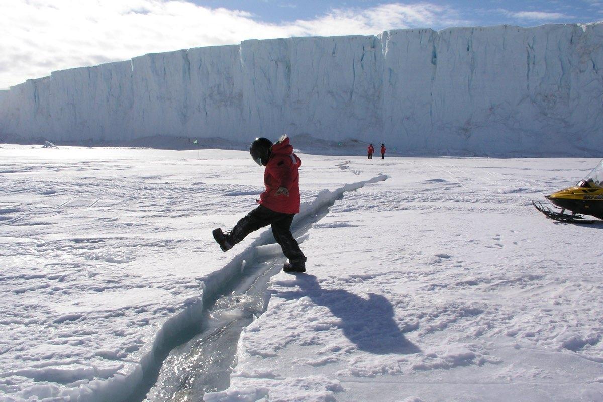 Iceberg gigante se desprende de plataforma na Antártida
