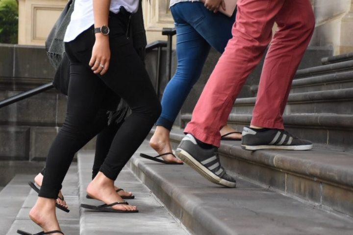 Imagem de pessoas a subir escadas