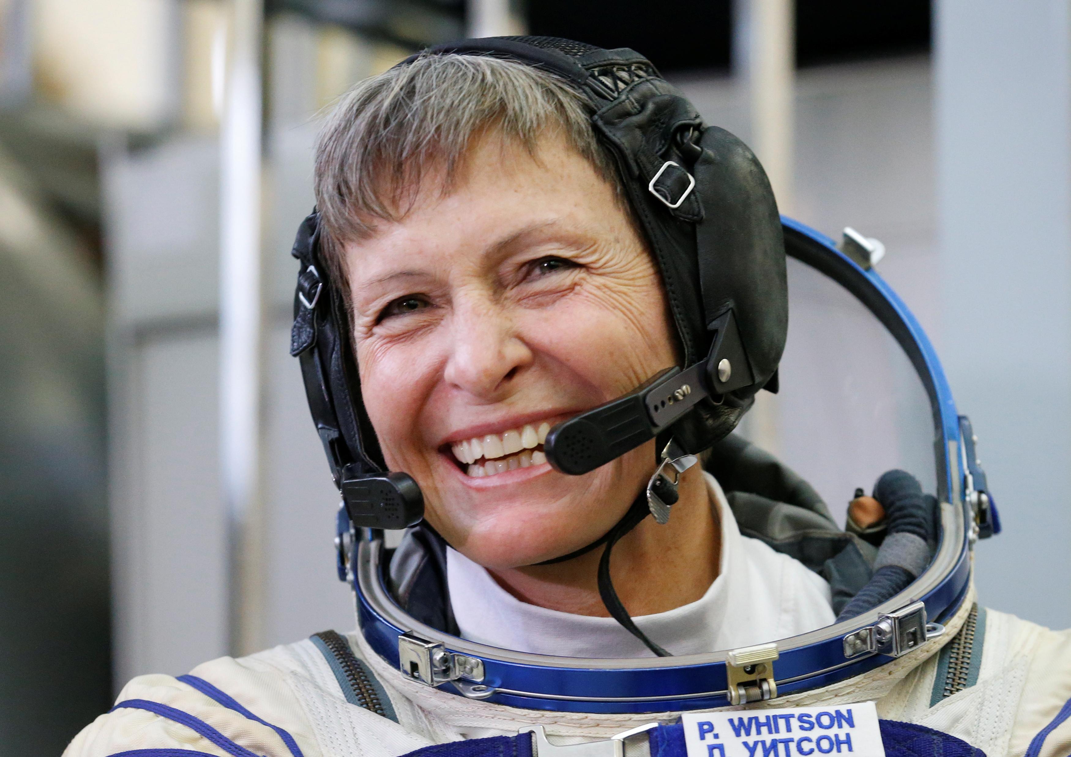 Peggy Whitson, a astronauta com mais tempo no espaço, retorna à Terra