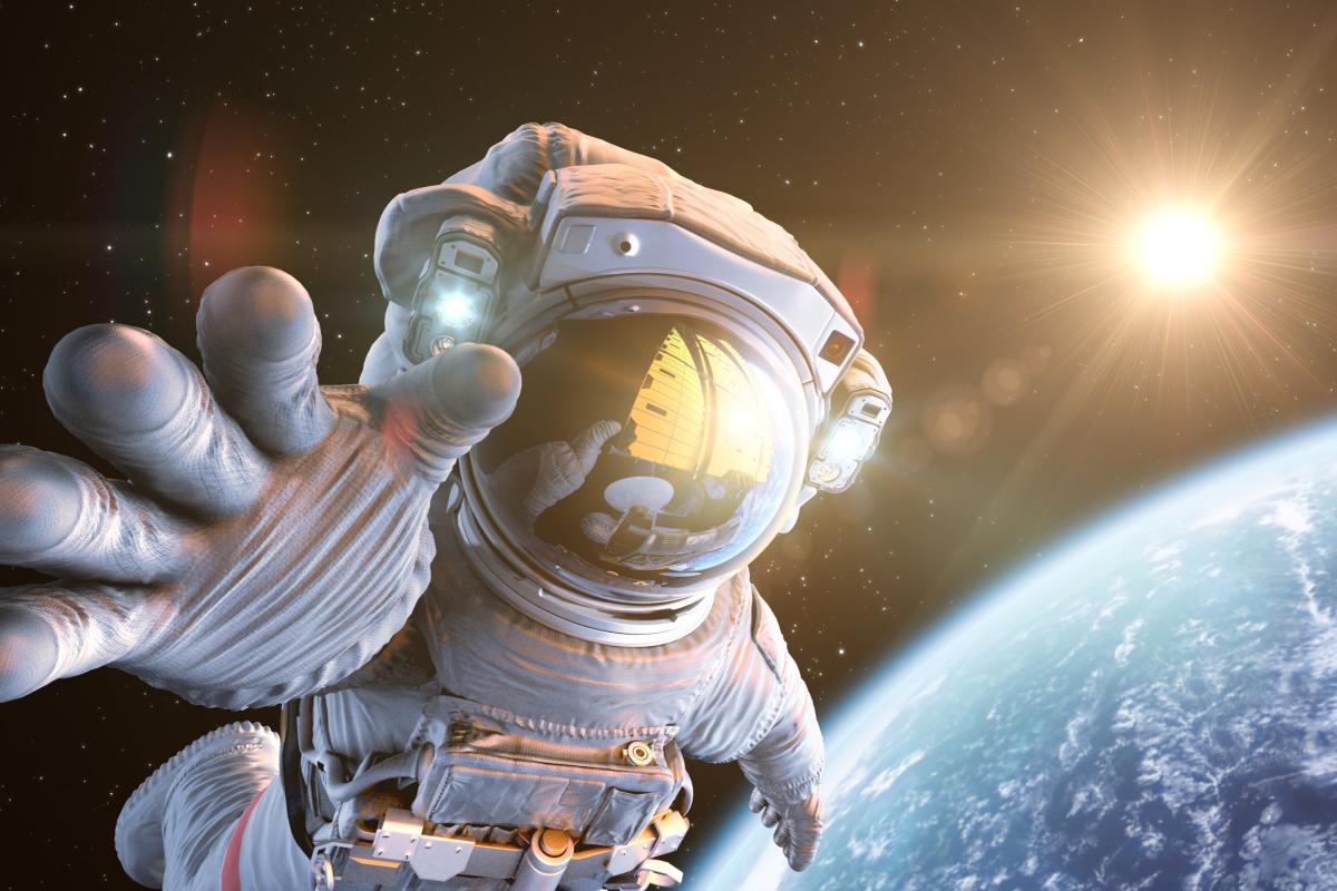 astronauts with ok symbol - 800×533