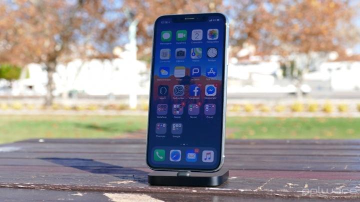 38ce84b1bd No fundo trata-se de uma mistura de antigo e novo. As novas características  são óbvias: este é um smartphone com bisel muito pequeno, um vidro à sua  volta e ...