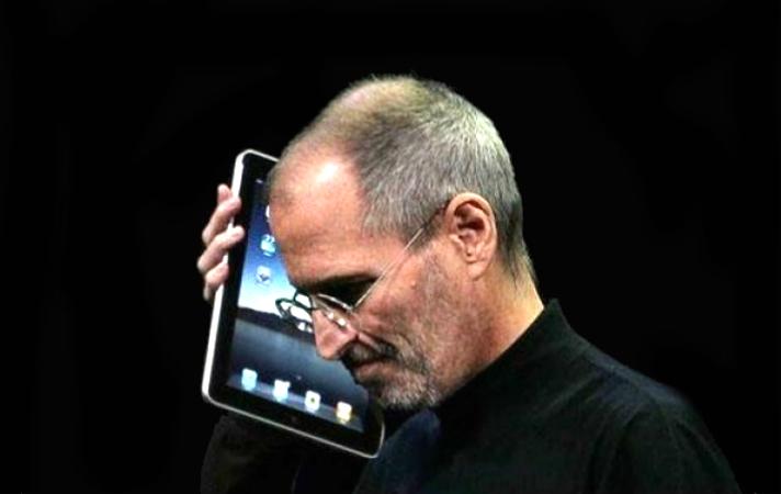 Imagem de Steve Jobs agarrado ao iPad