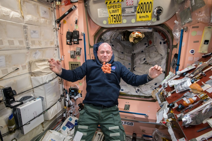 astronauta fezes