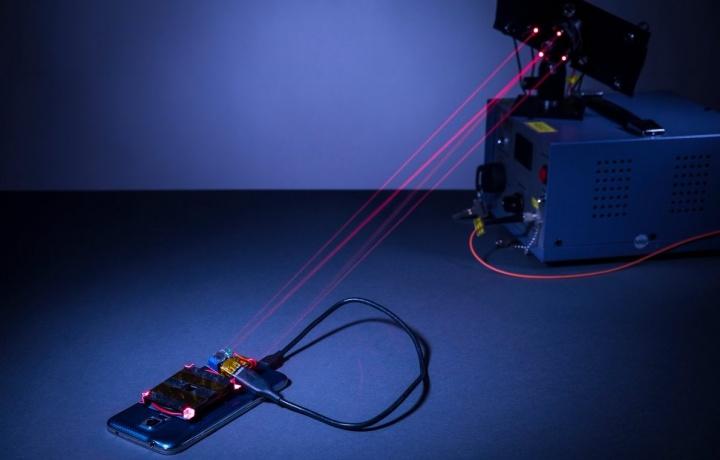 Raio laser disparado para carregar bateria
