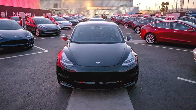 Acidente leva Tesla a fazer melhorias de segurança no Model 3