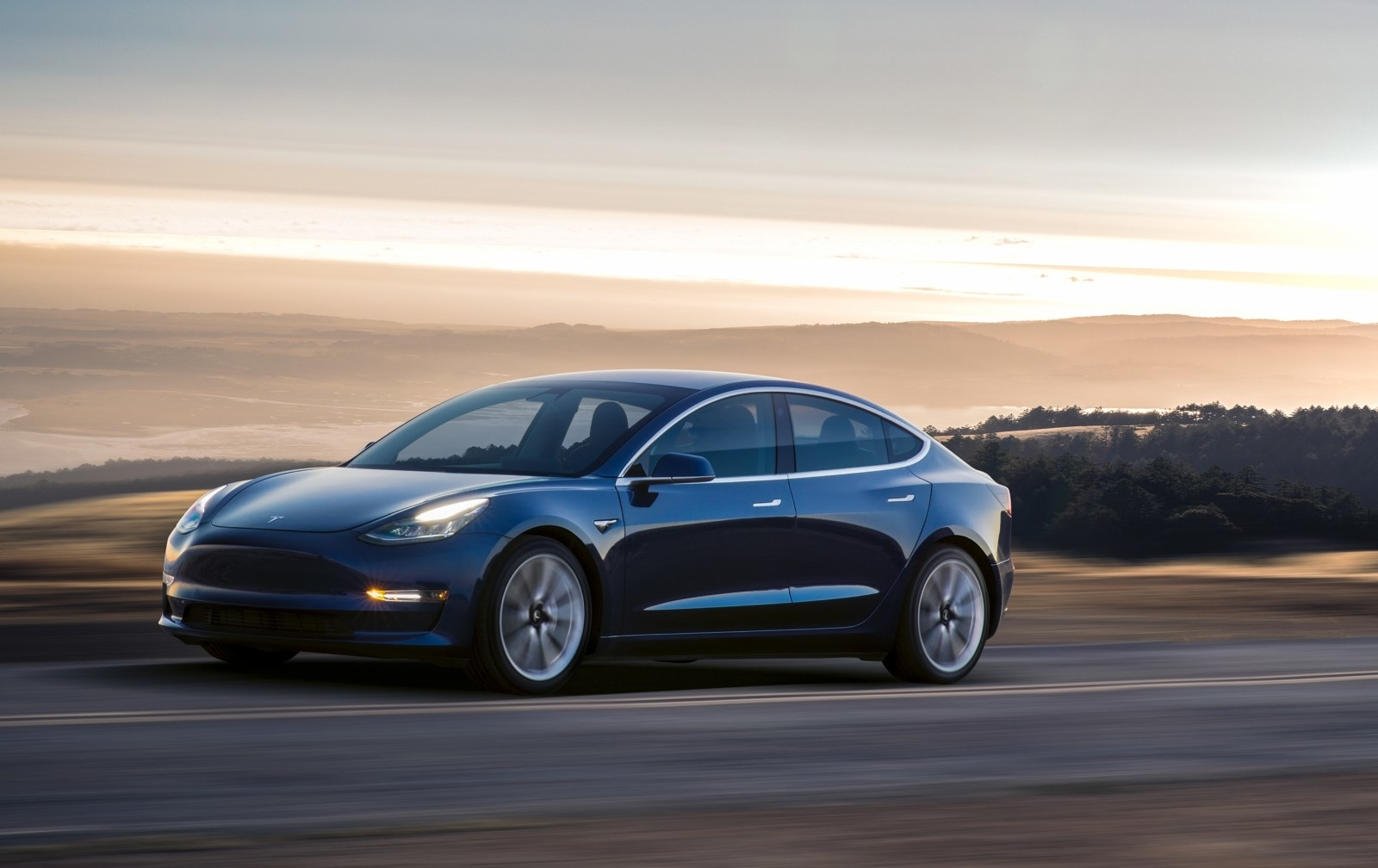 """97212edf4b3 O Tesla Model 3 é um veículo para a gama média mas a """"fugir"""" para a gama  alta. Tem sido recebido com algum entusiasmo mas a falta de algumas ..."""