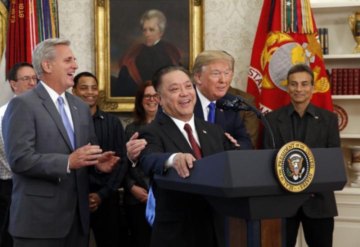Trump abraça o CEO da Broadcom, Hock Tan