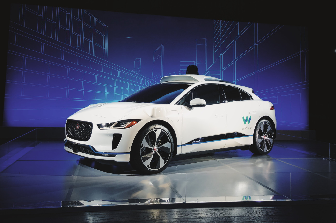 ... o primeiro carro premium totalmente autónomo do mundo. Para este feito,  a Waymo fez uma parceria com a Jaguar Land Rover para trazer o Jaguar  I-PACE. 1fe462ed6e