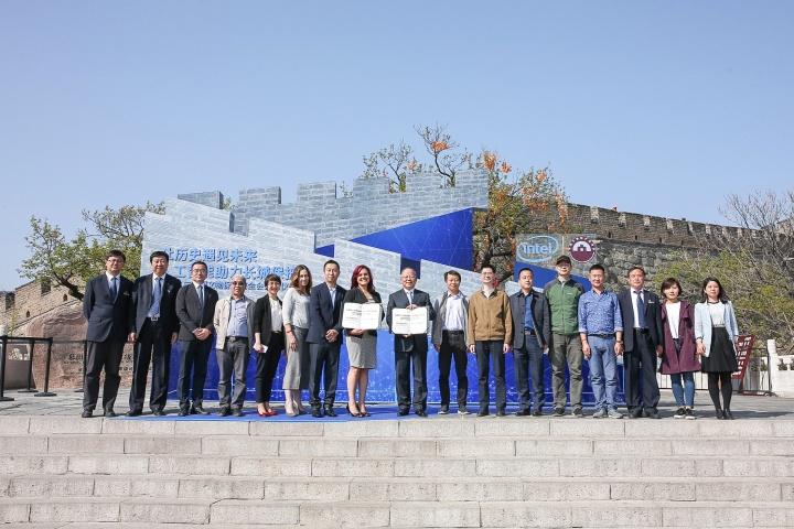 Representantes da Intel e da Fundação da Conservação do Património da China, junto à secção Mutianyu da Muralha. (Créditos: Intel Corporation)