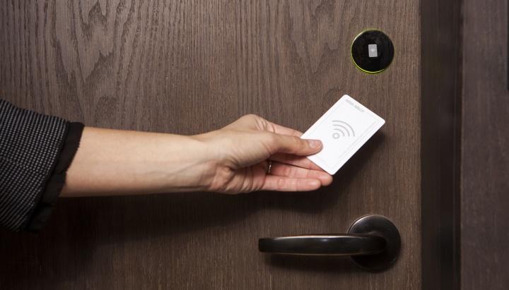 Imagem cartão RFID Hacker a abrir porta de hotel
