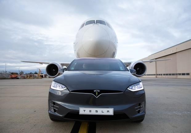 Será um Tesla capaz de rebocar um Boeing 787-9 Dreamliner?