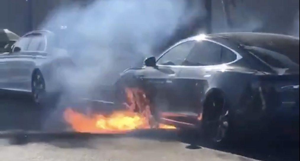 """Bateria de um Tesla S começou a arder """"sem qualquer acidente"""""""