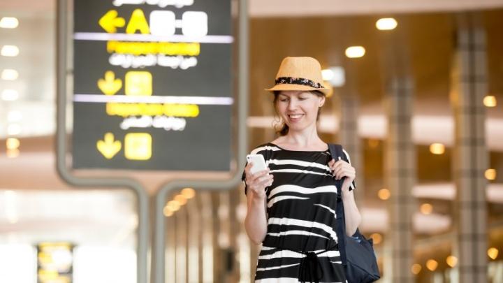 Imagem: Freepik - Mulher no aeroporto, smartphone, internet