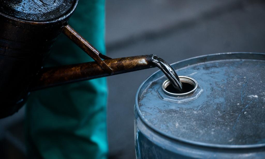 Imagem de uma barril de petróleo a ser ajustado