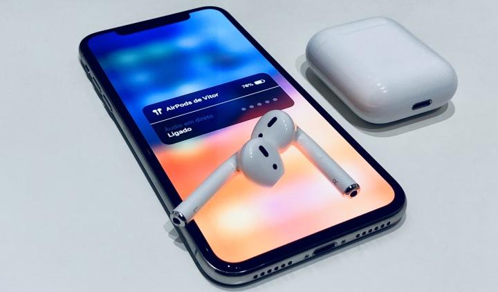 Imagem dos AirPods com função Áudio em direto para ajudar na deficiência auditiva
