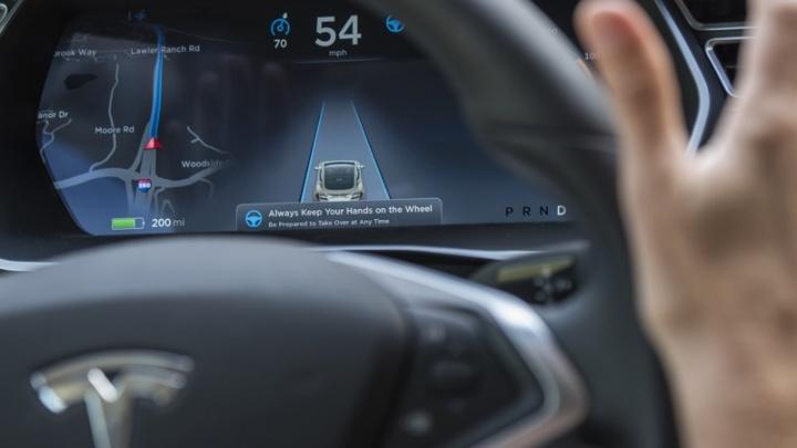 Tesla Elon Musk software código de segurança fabricantes de automóveis