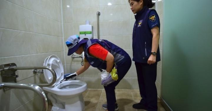 Autoridades procuram câmaras escondidas nos WCs públicos para combater pornografia ilegal