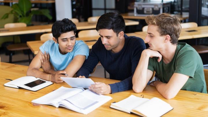 Estudantes a programar no tablet e smartphone - imagem: freepik