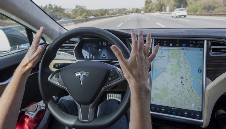 "Tesla Autopilot: Lua identificada como sendo um ""sinal amarelo"""