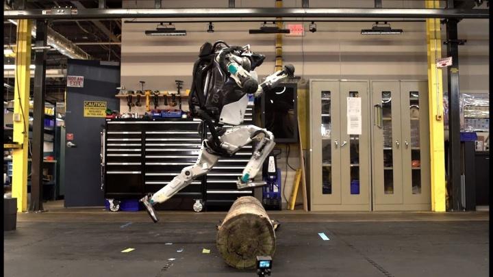 Robô Atlas da Boston Dynamics a fazer parkour