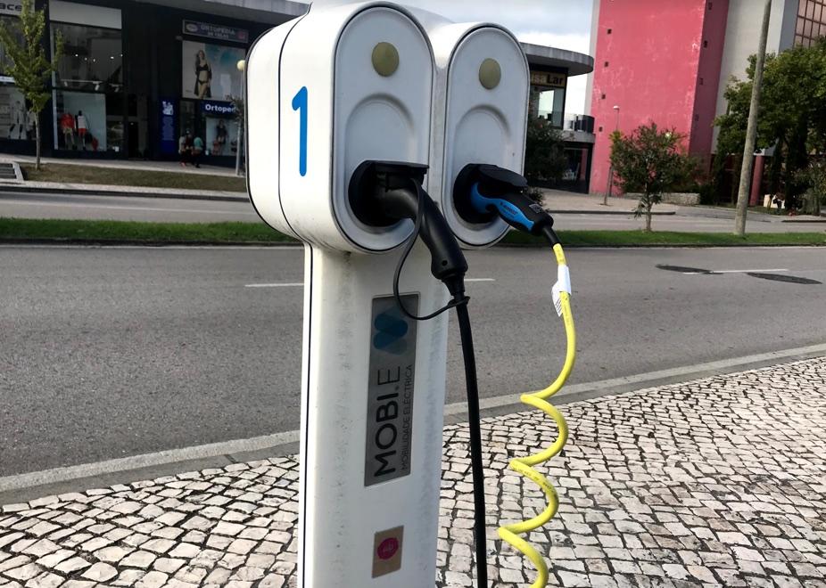 Onde estão os carregadores de veículos elétricos? O Waze diz-lhe