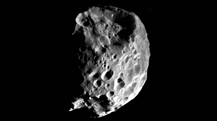 Imagem de febe, a lua bastarda de Saturno que tem uma água estranha