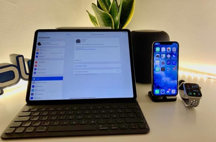 Imagem iPad, iPhone, Apple Watch, com iOS, watchOS e HomePod