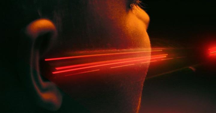 Imagem ilustradora de raio laser apontado ao ouvido humano
