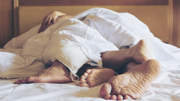 Dorme acompanhado? Não deixe que lhe roubem o seu espaço na cama. Cama inteligente Ford. Imagem Freepik.